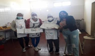 LOS CERRILLOS, TRASLASIERRA : ENTREGA DE UNIFORMES Y BARBIJOS A ESTABLECIMIENTOS EDUCATIVOS.