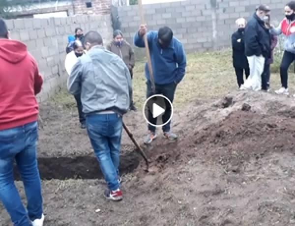 VÍDEO- SAN JOSE,TRASLASIERRA : CAVARON LA FOSA DE SU ABUELA FALLECIDA PORQUE NO HABÍA PERSONAL.